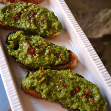 TOAST WITH LEMONY PEA MASH