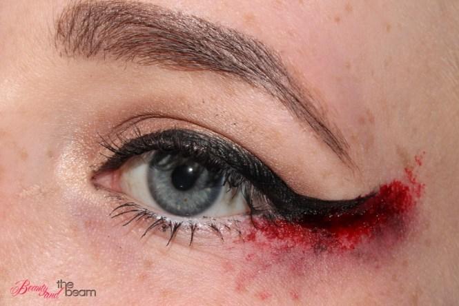 halloween-sfx-make-up-blutiger-lidstrich-3