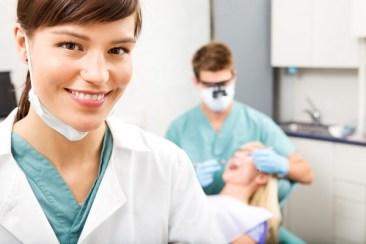 女性 歯科助士