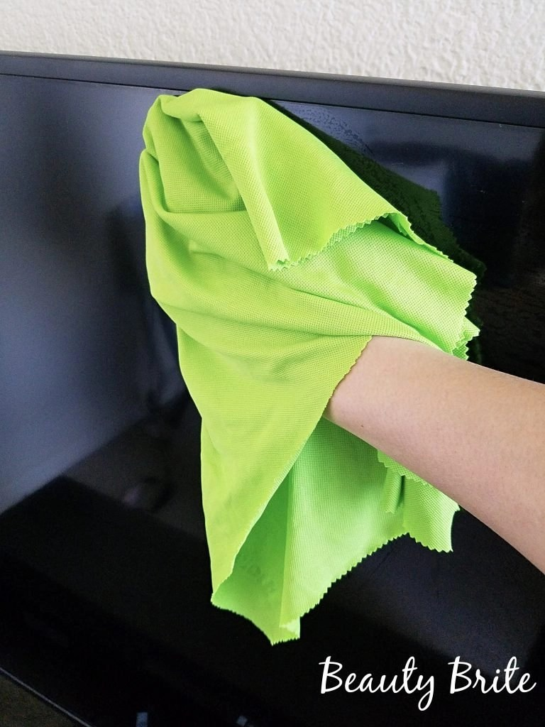 Using the Glass & Polishing Cloth to clean TV screen
