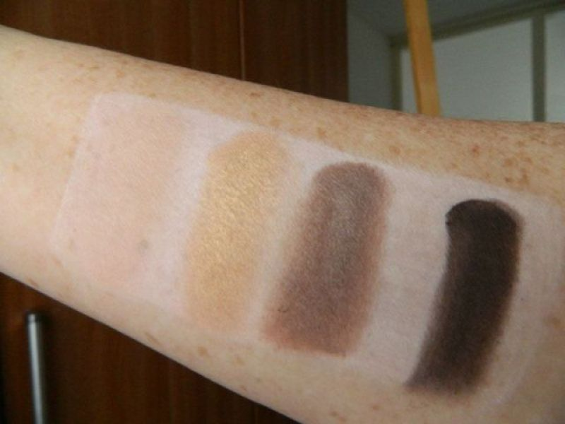 swatch-eyeshadow-palette-go-for-gold-the-body-shop