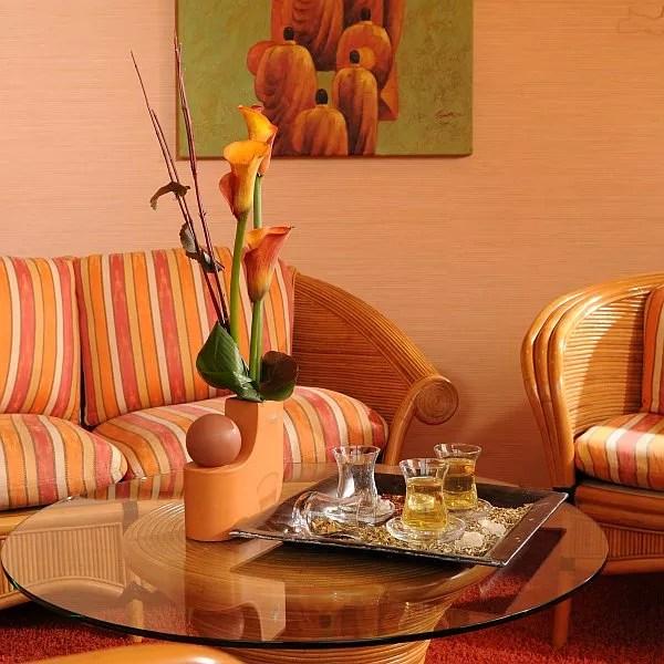 Beauty Farm Bel Etage Sitzecke mit Teegläsern