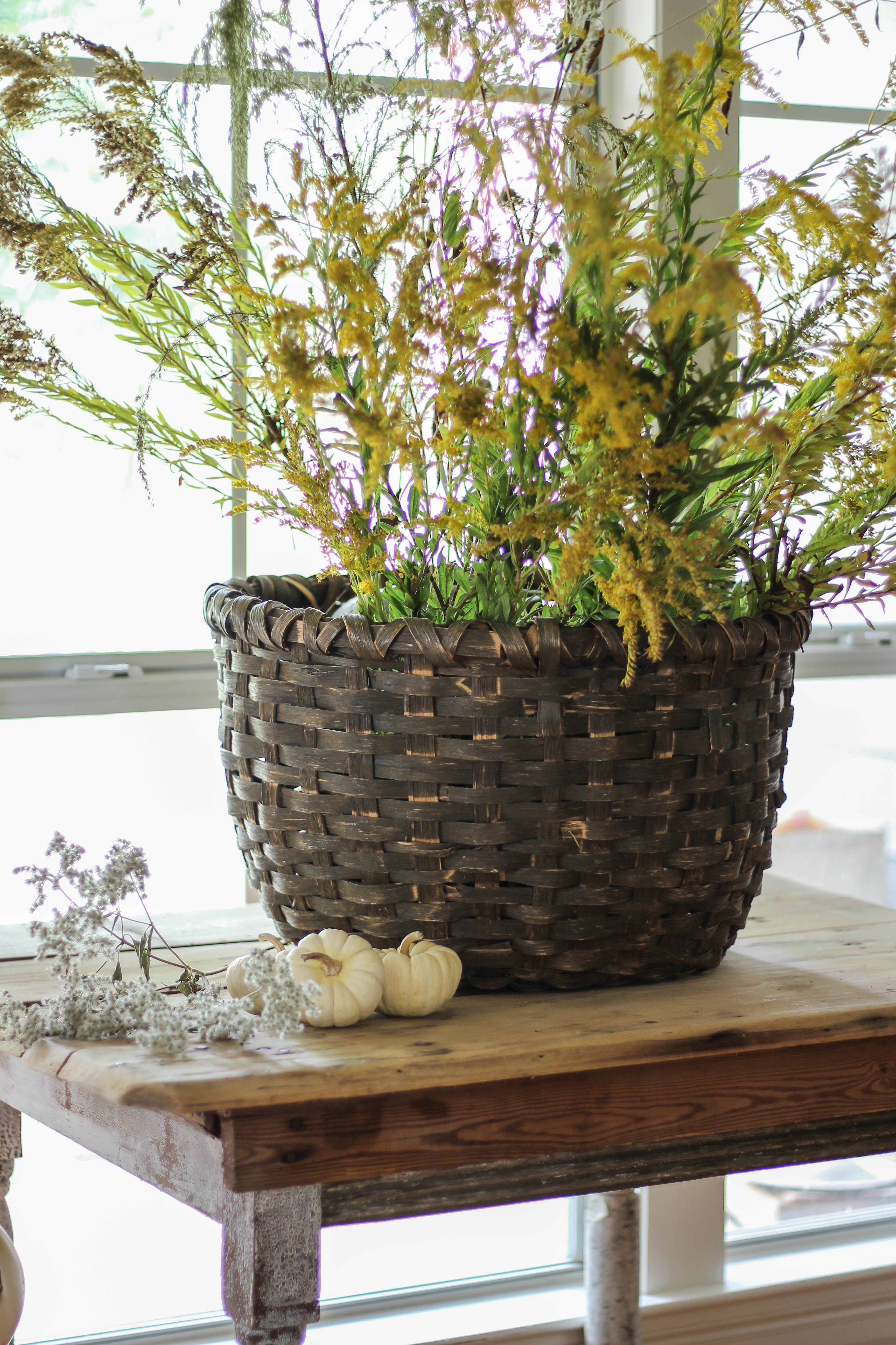 Ideas and tips for how to style vintage fall baskets in your home. Budget friendly ideas, using natural elements that you can find in your backyard!