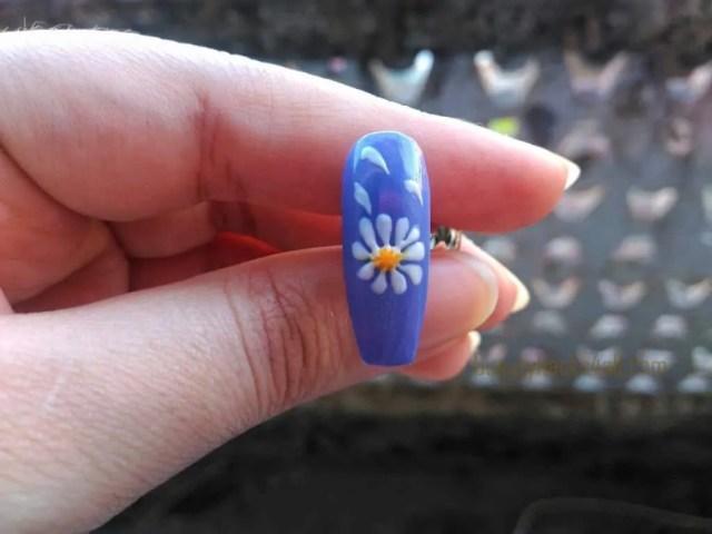 filling Daisy nail art step 2