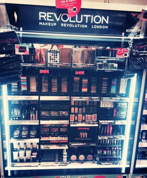 Makeup Revolution Stand
