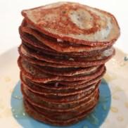 Pannenkoekjes met 50 gr. havermout, een handje bosbessen, een scheutje ongezoete amandelmelk (Alpro Soya) en een eetlepel honing