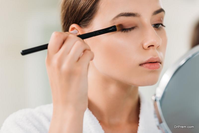 woman-applying-eyeshadow