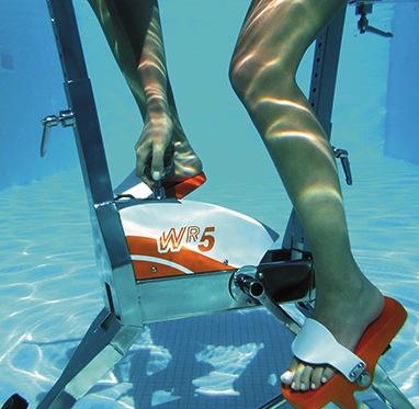 Beauty-routine-Daniela-Baffi-cyclette-in-piscina