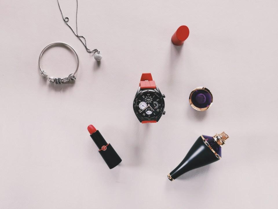 Композиция със смарт часовник Huawe watch gt, гривна pandora, колие swarovski, червило armani, парфюм bvlgari.