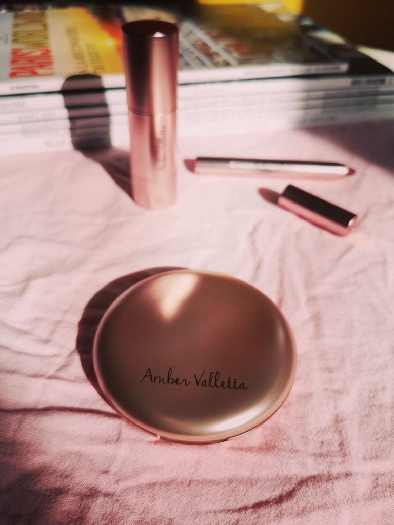 Пудра, хайлатър и червило от грим колекцията на Амбър Валета и Douglas.