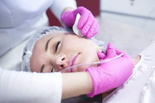 pacjentka podczas zabiegu karboksyterapii
