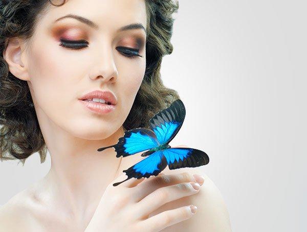 kobieta z niebieskim motylem