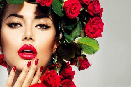 kobieta z czerwonymi ustami i paznokciami