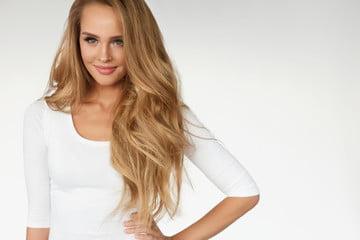 blondynka w białej bluzce