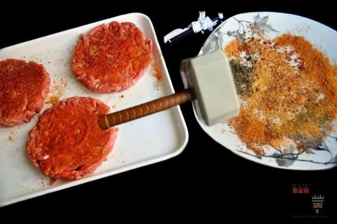 El martillo de Thor sobrevuela tres hamburguesas salpimentadas y un plato lleno de especies