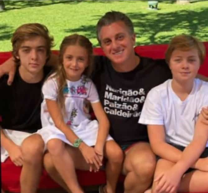 Angelica showing Luciano Huck with the couple's children