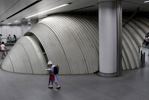Una niña en el metro de Tokio