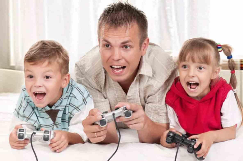 niños jugando con supervisión de los padres