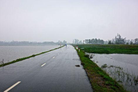 Vackra vägar längs spegelblanka sjöar mellan Vinh Moc och Hue