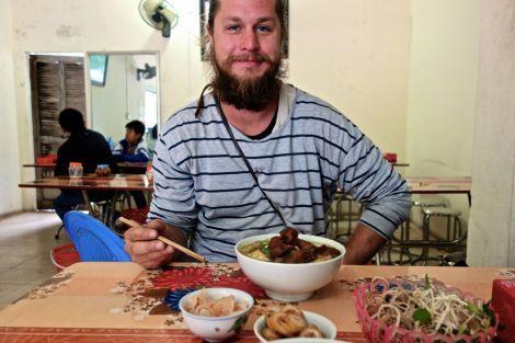 Frukost! Fisknudelsoppa med tillbehör. Älskar påfundet att en får peta i grönsaker och örter själv.