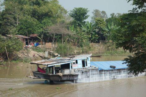 Mäktiga Mekong kryllar av stora fraktbåtar
