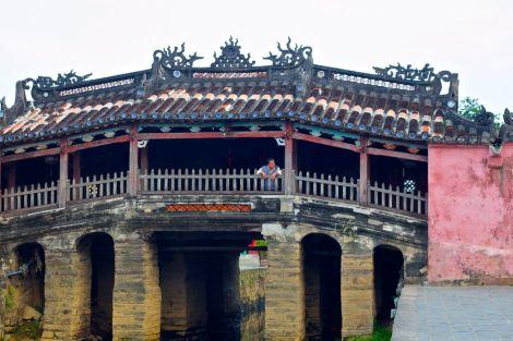 Japanerna byggde den japanska bron för att koppla samman sitt kvarter med det kinesiska kvarteret. Den lilla bron byggdes robust och stabil för att klara av jordbävningar. Hundar och apor står staty vid ingångarna. Längs med ena sidan finns ett tempel. Passa på att komma hit om morgonen, för under dagen kostar det inträde.