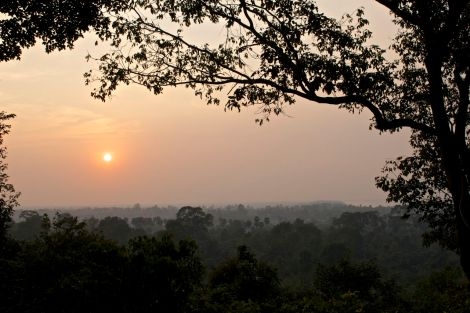 En sista solnedgång från Angkor, sett från sidan av kullen Phnom Bakheng.
