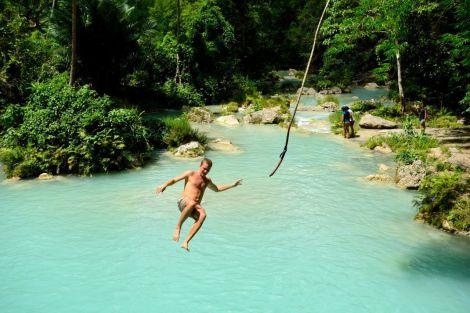 Och kul! Inte nog med att du kan simma bakom fallen och sitta på klipporna, du kan också kasta dig utför dem med lian. Tarzan deluxe!