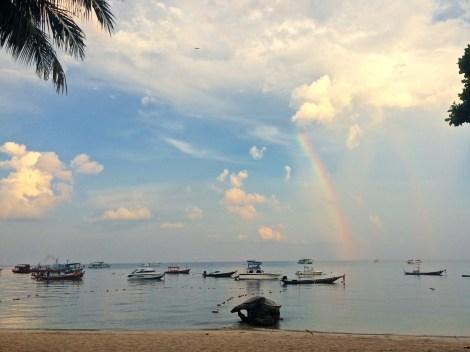 Det är en dubbel regnbåge! Perfekt serverad i horisonten bortanför frukostbordet.