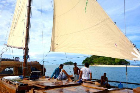 Hej då en av de finaste små öarna. Här bodde hunden Rambo, som simmade ut och mötte båten innan vi ens hann fram. Rambo vaktar ön då den österrikiske ägaren bara är där en gång om året. Mat får vovven från en av fiskarna på grannön. Sällskap bjuder Balatik på.