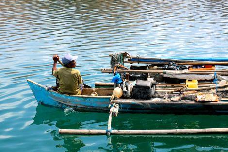 Fiskarna kommer med både färsk och soltorkad fisk direkt till turistbåtarna.