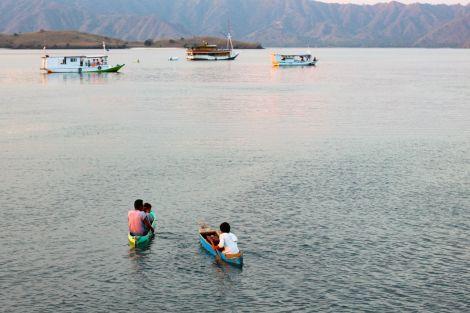 När vi ankrat båten för kvällen kom några killar från byn paddlande med välkylda öl. Lite dyrare än i stan, men de smakar aldrig så bra som när de kommer perfekt till solnedgången.