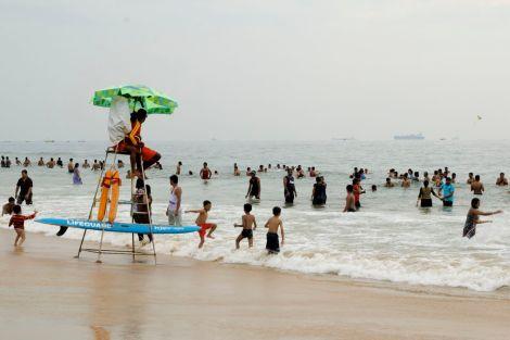 Livvakterna har att göra. De flesta kan inte simma, så det är fullt fokus på att ingen ska komma för långt ut.