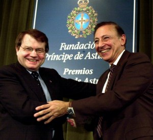 Luc Montagnier (left) and Robert Gallo in 2000.