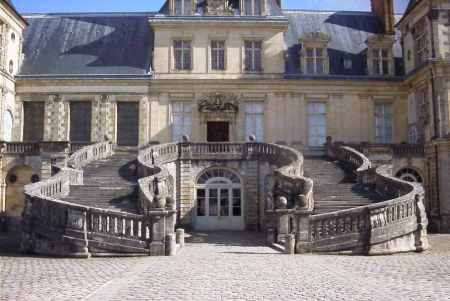 In the mid-17th Century architect Jean Androuet du Cerceau rebuilt the horseshoe staircase at Fontainebleau.