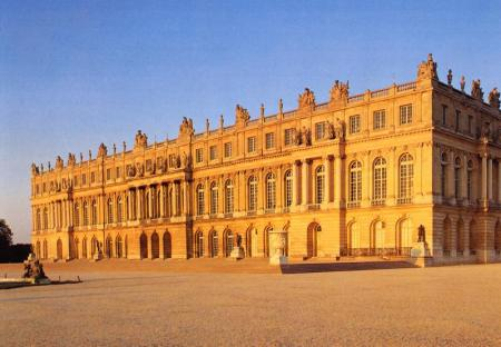 The main façade of the envelope at the Palace of Versailles, which was designed by Louis le Vau.