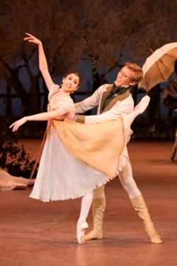 Yasmine Naghdi (Olga) and Dawid Trzensimiech (Lensky) © Bill Cooper/ROH