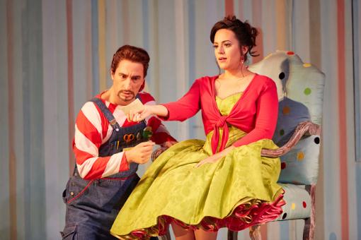 Vito Priante (Figaro) and Daniela Mack (Rosina) © ROH   Mark Douet