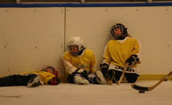 tired-junior-hockey-players-at-practice-1403498-639x388