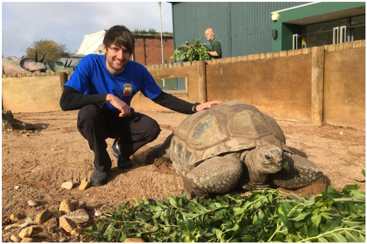 Antur Natur Cyw - Gethin posing with a turtle at a zoo