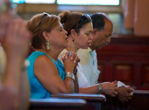 Parishioners at Trans. (Photo: Alberto Reyes)