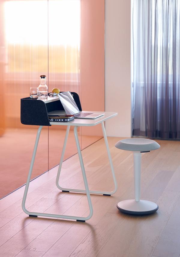 mobilier de bureau reprenant le bureau et le tabouret