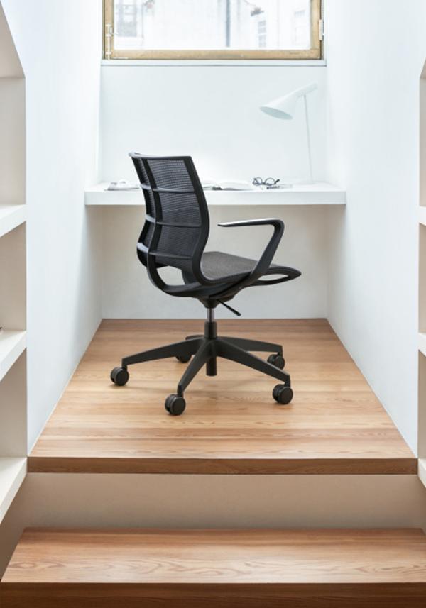 mobilier de bureau disposé à la maison avec le se:joy