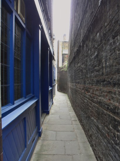 A narrow passage to the Thames
