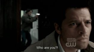 Tập này Sam vừa đi vào phòng, phát hiện có ai đó thì đã chỉa súng vào Cas.