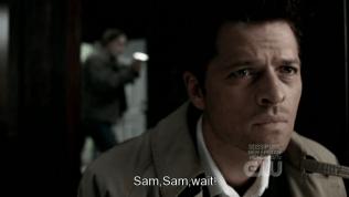 """""""Sam! Sam! Khoan đã!"""" Dean vội vàng ngăn Sam lại. Và điều buồn cười ở đây là, Dean còn chưa vào phòng mà đã cảm nhận được từ trường của Cas mà ngăn Sam lại ngay =)))))"""