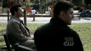 Và đương nhiên là Dean có thể cảm nhận được sự hiện diện của Cas. Nhưng cả hai vẫn im lặng một lúc lâu, cùng nhìn về một hướng,