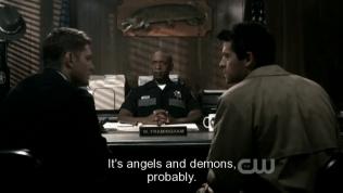 """Anh cảnh sát kia kể lại sự việc mình thấy, Cas nghe thế liền nói với Dean, """"Có lẽ đó là thiên thần và quỷ"""""""