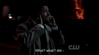 Dean nói gì đó và Cas không thể nghe được vì tiếng xe tải.