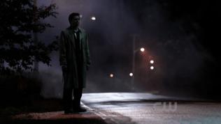 """Và Cas đứng đấy chờ Dean suốt đêm. *Cảm tưởng sao giống """"trái tim bên lề"""" quá =))*"""